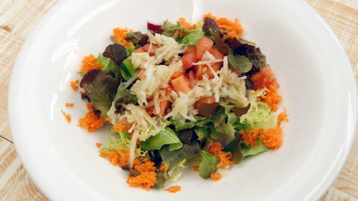 ensalada de tomate lechuga y zanahoria rallada